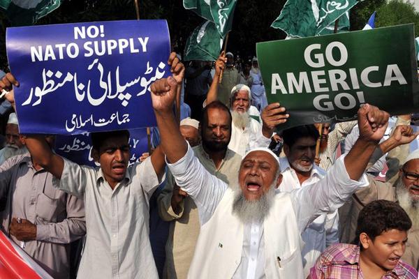 Pakistani protesters block NATO supply route