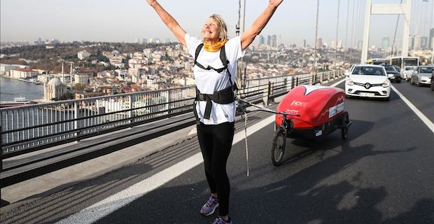 British runner crosses Istanbul bridge