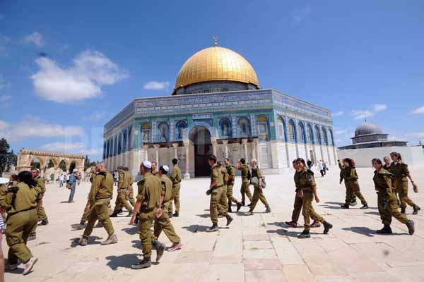 Israeli forces continue to occupy al-Aqsa Mosque