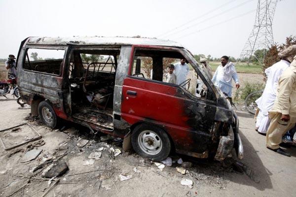 Bus bomb kills 17 in Pakistan