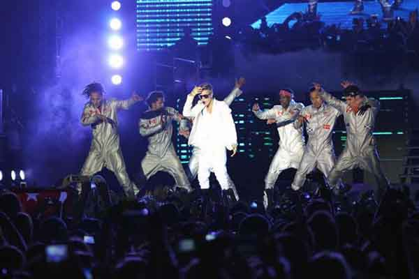 Justin Bieber abandons stage due to raining toys