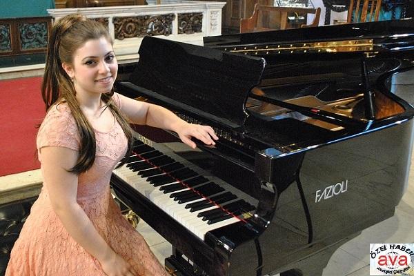 Lara Melda  Pianist