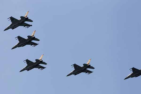 Syria air force bombards town near Lebanon