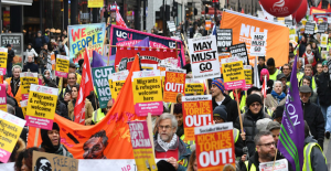UK, Thousands march for general election