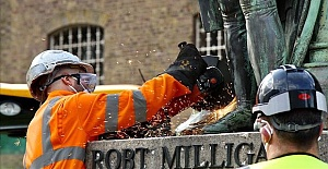 UK: Statue of slave owner Robert Milligan...