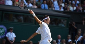 Federer stunned, eliminated in quarters