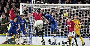 Manchester United beat Chelsea to keep hopes for Champions League